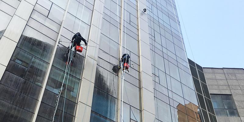 傲天鸟跟您分享外墙玻璃面清洁的保养工艺