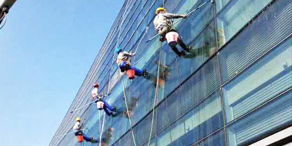 傲天年简析高楼外墙清洁的操作方式