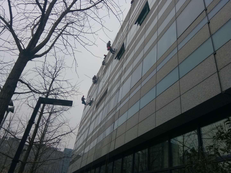 宁波行政中心外墙清洗正在进行时